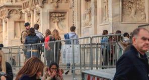战士监测并且控制游人在米兰C入口  免版税图库摄影