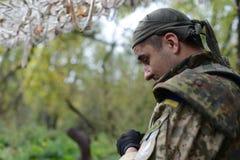 战士看得下来 在外形的面孔 森林,秋天 乌克兰 免版税图库摄影