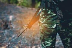 战士立场在边境区域 用一个对枪武装对PR 库存图片