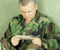 战士从家的读书信件 库存图片