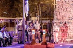 战士-纪念仪式立场的参加者在一个警报器期间的在半被上船桅的旗子附近在下落的纪念站点 库存照片