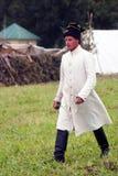 战士画象 一个人在绿草走 免版税库存照片