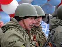 战士` s制服的人有气球的 免版税库存图片