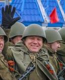 战士` s制服的人有气球的 免版税图库摄影