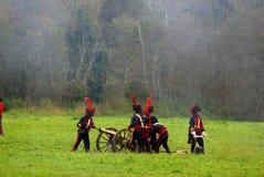 战士reenactors装载一门大炮在Borodino争斗再制定 免版税库存图片