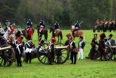 战士reenactors装载大炮在Borodino争斗再制定 免版税库存照片
