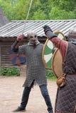 战斗与在中世纪礼服的剑的人们 免版税库存图片