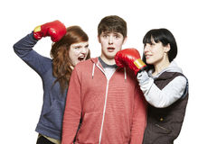 战斗与拳击手套的少年兄弟姐妹 库存图片
