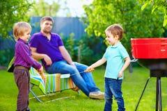 战斗与在野餐的厨房项目的愉快的孩子 库存图片