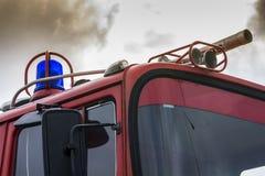 战斗与火的消防车 免版税库存图片