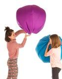 战斗与装豆子小布袋椅子的滑稽的笑的女孩 免版税图库摄影