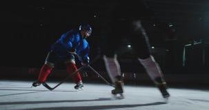 战斗为在冰竞技场的顽童的两个专业曲棍球人使用力量技术 股票视频