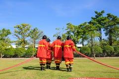 战斗为燃烧弹空袭训练的消防队员 免版税图库摄影