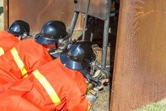 战斗为燃烧弹空袭训练的消防队员 库存图片