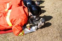 战斗为燃烧弹空袭训练的消防队员 免版税库存图片