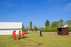 战斗为燃烧弹空袭训练的消防队员 库存照片