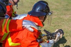 战斗为燃烧弹空袭训练的消防队员 免版税库存照片