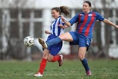 战斗为球的女孩在足球赛期间 库存照片