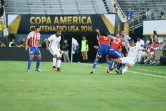 战斗为球的足球运动员在Copa美国Centena期间 库存图片