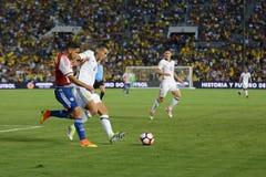 战斗为球的足球运动员 免版税库存照片