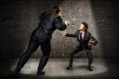 战斗作为sumoist的两个商人 库存图片