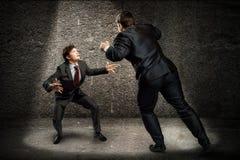 战斗作为sumoist的两个商人 免版税库存图片