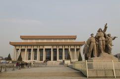 战斗在入口的战士雕塑对毛泽东陵墓天安门广场的在北京中国 免版税库存照片