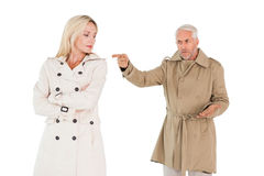 战斗在军用防水短大衣的恼怒的夫妇 免版税库存图片