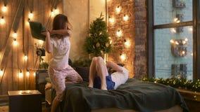 战斗在卧室的无忧无虑的快乐的夫妇枕头 影视素材