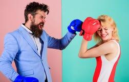 战斗在手套的女性和男性拳击手 控制权概念 性别争斗 性别平等权利 r ? 免版税图库摄影