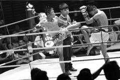 战斗在拳击台的泰国年轻拳击手 图库摄影