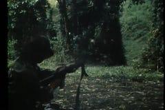 战斗在树木繁茂的山坡的战士 股票视频