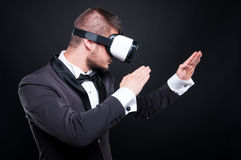 战斗在虚拟现实世界的年轻游戏玩家 免版税图库摄影