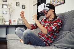 战斗在虚拟现实用途耳机玻璃的妇女 免版税库存图片