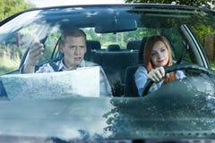 战斗在行驶方向的夫妇 库存图片