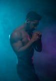 战斗姿势的剪影露胸部的运动人 库存照片