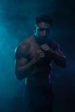 战斗姿势的剪影露胸部的运动人 免版税图库摄影