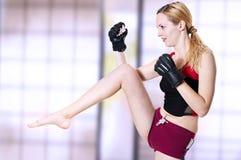 战斗机健身反撞力膝盖妇女 库存照片