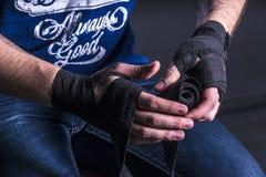 战斗机包扎他的手 免版税库存照片