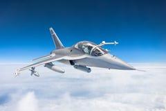 战斗机在军事任务的喷气机与武器-火箭,炸弹,在翼的武器在上的天空飞行高 免版税库存照片