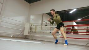 战斗机在箱子圆环的训练翻筋斗在战斗俱乐部 翻滚的拳击手,当与教练的个人训练在箱子俱乐部时 股票录像