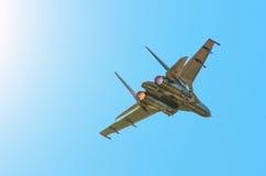战斗机在蓝天的涡轮火 库存照片