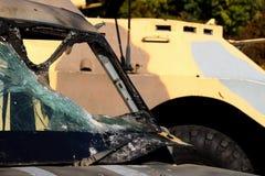 战斗用车辆的背景的装甲车医务人员 运输受伤的战士的溶解的装甲挡风玻璃汽车 免版税库存图片