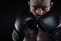 战斗的姿态的年轻男性拳击手 免版税库存照片