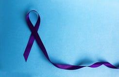 战斗的紫色丝带标志与疾病的 库存照片