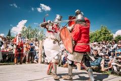 战斗的骑士与剑 恢复  免版税图库摄影