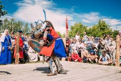 战斗的骑士与剑 恢复  免版税库存照片