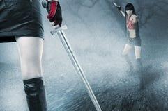 战斗适合的薄雾诱人的二个妇女年轻&# 免版税库存图片