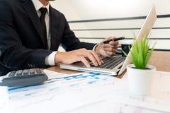 战略分析概念,工作财政经理的商人研究处理会计计算分析市场图表 免版税库存照片
