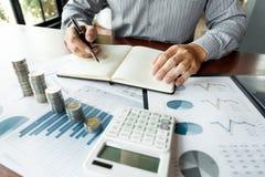 战略分析概念,工作财政经理的商人研究处理会计计算分析市场图表 库存照片